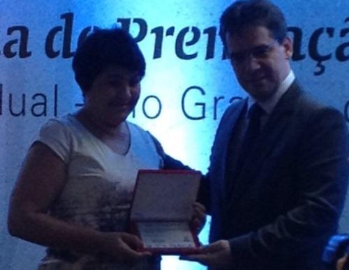 Fátima Meneses recebendo o prêmio.