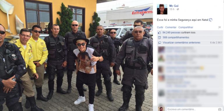 No Facebook, MC Gui postou uma foto escoltado por policiais.