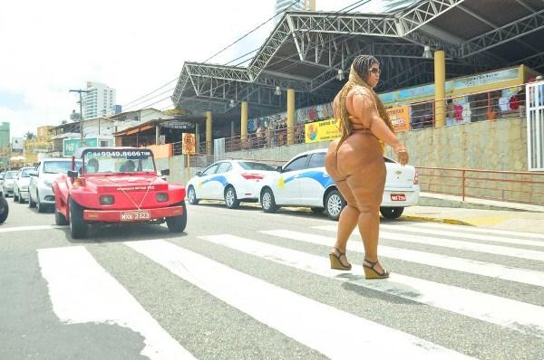"""""""VULCÃO NO TRÂNSITO"""": Mulher impressiona motoristas com suas medidas avantajadas"""