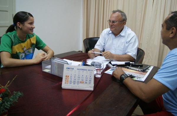 Beatriz Emanuelle o prefeito Vilton Cunha e o técnico Geraldo Dantas.