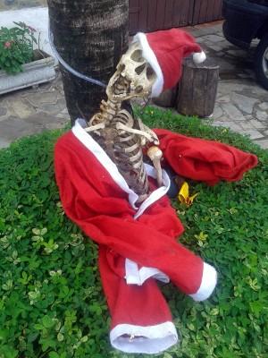 Esqueleto vestido de Papai Noel é encontrado em calçada de Itu/SP