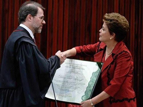 Presidente do TSE, ministro Dias Toffoli, cumprimenta a presidente Dilma Rousseff ao entregar o diploma que a autoriza a tomar posse em seu 2º mandato.