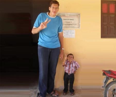 Os políticos Ninão mede 2,29 metros e Santinho 1,08 m.
