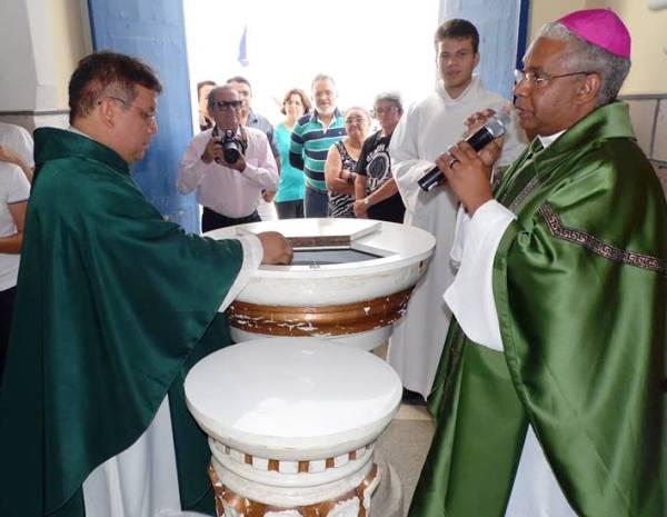 Dom Antônio Carlos deu posse ao novo pároco.