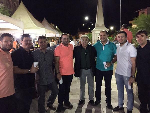 O fundador das Óticas Mirna, Manoel do Ó, com parceiros e franqueados, comemorando o sucesso da promoção.