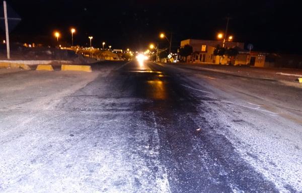 No local, vários motociclistas caíram na noite desta quinta (29).