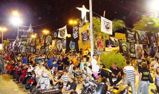 Praça Cristo Rei lotada com as motos, motociclistas e turistas.