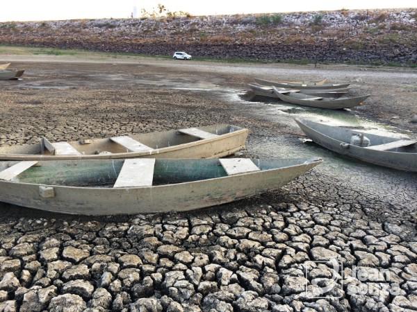 Canoas que eram utilizadas para a pesca estão abandonadas.