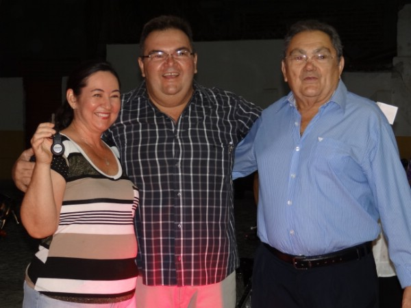 Suelene Pinheiro foi a grande sortuda. Na foto, ela com comemorar, junto a Manoel Filho e Manoel Venâncio, proprietários da Rede Mais de C. Novos.