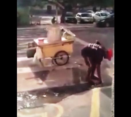 O ambulante pega água de um esgoto a céu aberto e coloca na panela, pra cozinhar milho.