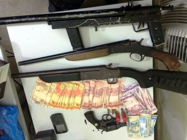 Foram apreendidos três escopetas calibre 12 e um revólver calibre 38, além de munições de ambos os calibres e uma quantia de aproximadamente R$ 1.500 (Foto: Divulgação/Polícia Militar do RN).