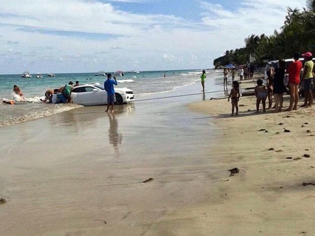 Camaro foi levado pelo mar na praia de Cotovelo (Foto: Edson Flávio/Via Certa Natal).
