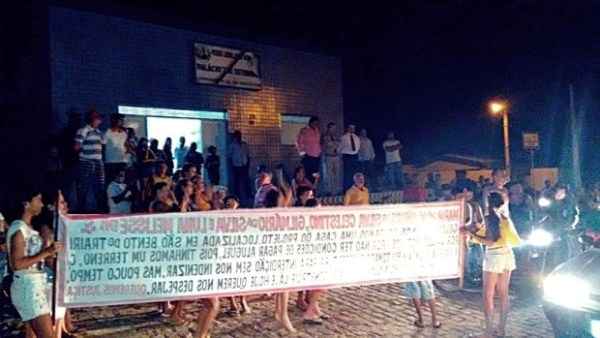 População protestou em frente a Câmara Municipal e sessão foi suspensa.