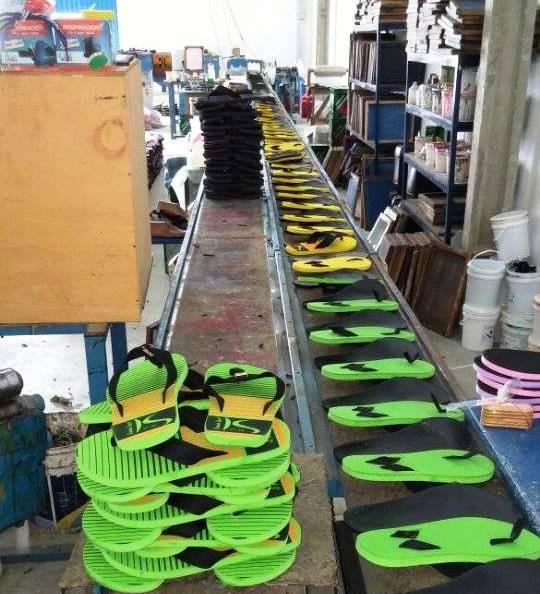 Duas mil sandálias falsificadas estavam prontas para comercialização.