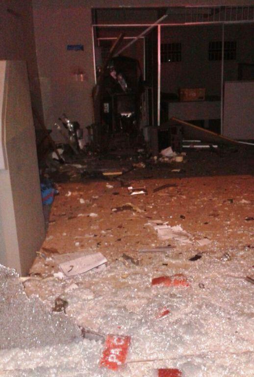 A explosão destruiu a parte interna da agência.
