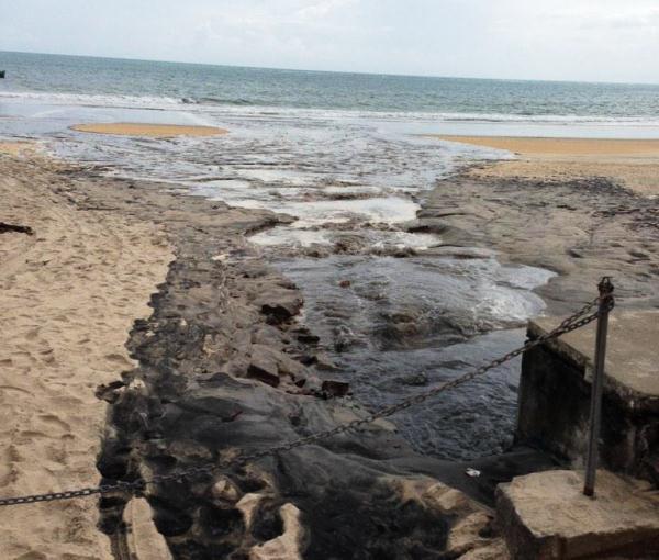 """O mar recebendo esgoto """"a vontade""""."""