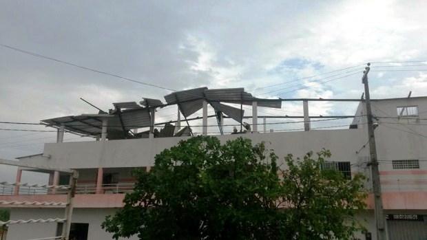 O telhado do prédio ficou totalmente destruído.