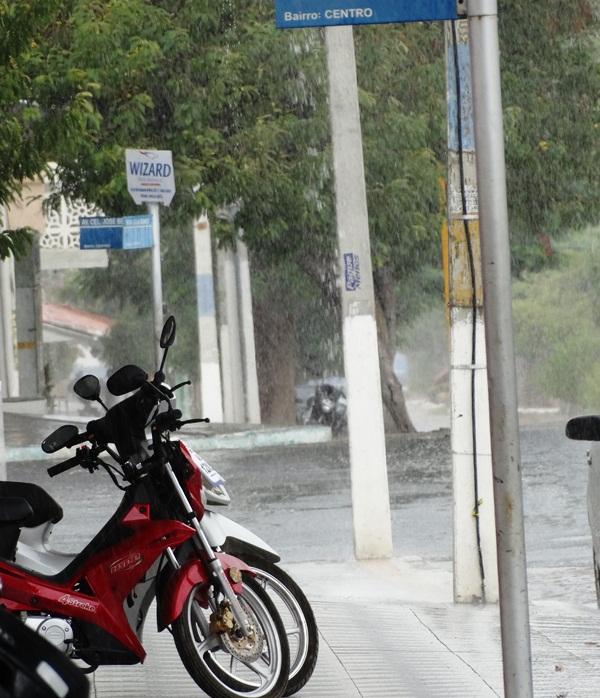 Apesar do pouco tempo de chuva, deu pra molhar bem o asfalto no centro da cidade.