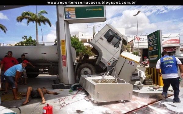 As bombas de combustíveis ficaram totalmente destruídas. (Foto: Adailson Carlos – Blog Repórteres em Ação).