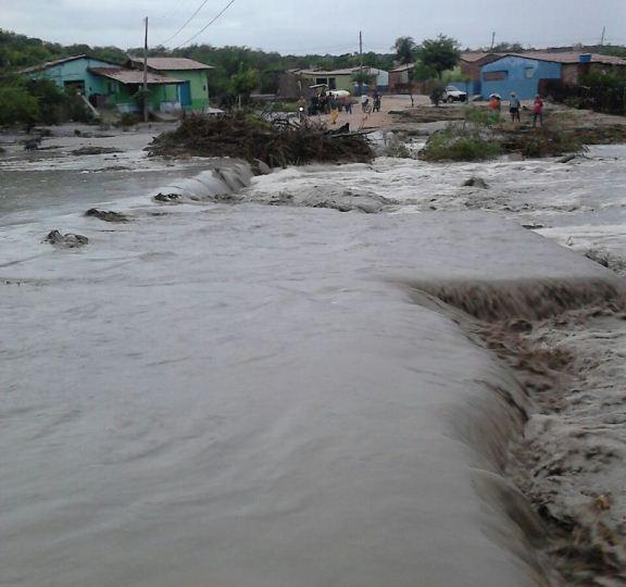 A passagem molhada foi destruída pela força da água.