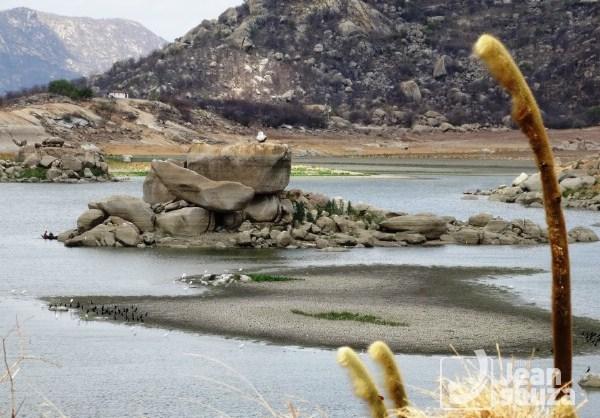 """Uma ilha se formou no meio do Açude, próximo a """"Pedra do Avião""""."""