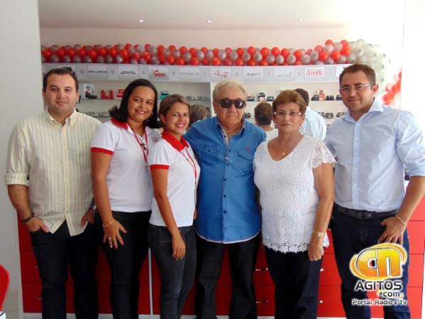 Família Óticas Mirna. Elton do Ó com os pais e funcionários da nova loja.