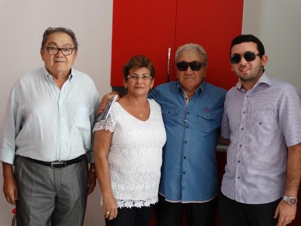 Manoel do Ó com sua esposa Edileusa e filho Emerson recepcionando Manoel Venâncio, cliente antigo da Óticas Mirna.