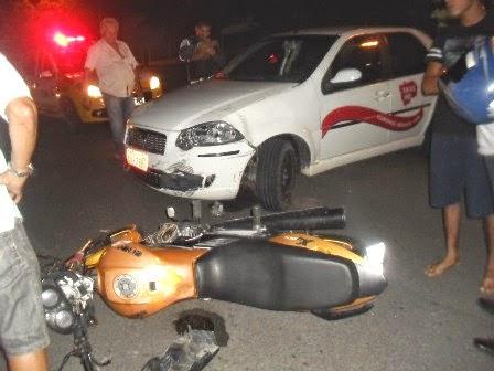 O acidente aconteceu quando o taxista tentava fazer uma conversão na Avenida.