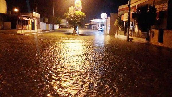 Principal avenida da cidade ficou alagada.