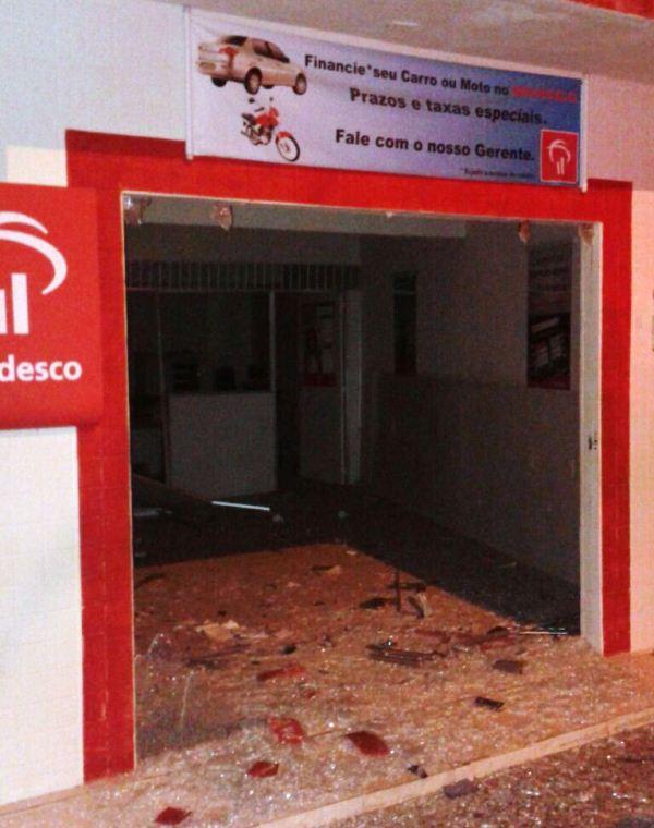 A agência ficou parcialmente destruída com a explosão.