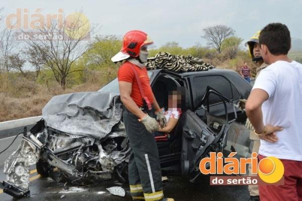 Com o impacto, o carro ficou totalmente destruído. Flávia morreu na hora.