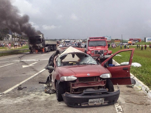 Quatro pessoas morrem em acidente envolvendo carreta e carro de passeio
