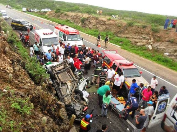 O conduto do Corsa foi socorrido após duas horas preso nas ferragens.