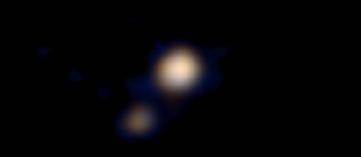 New Horizons faz primeira imagem a cores de Plutão e sua lua Caronte