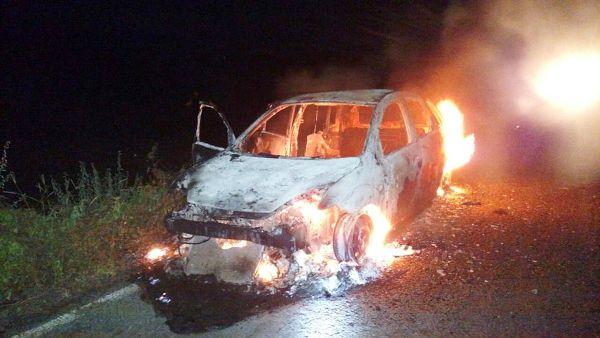 O carro ficou totalmente destruído.