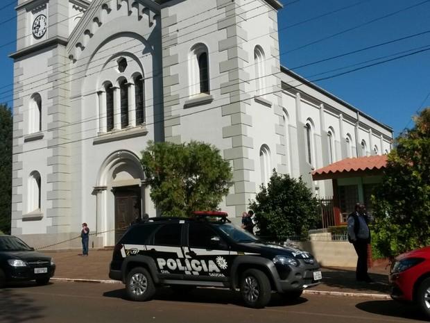 Homem atira na mulher e mata padre dentro de igreja em Tapera, no RS