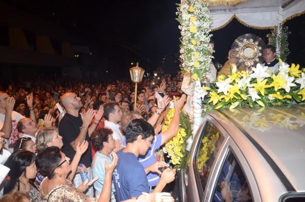 Multidão participa de procissão de Corpus Christi no Centro de Natal
