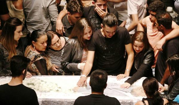 Velório de Cristiano Araújo reúne familiares e amigos em Goiânia