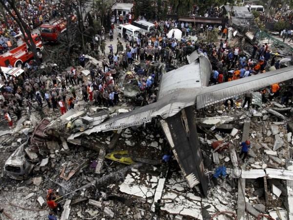 Avião militar cai em área residencial na Indonésia e deixa dezenas de mortos