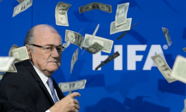 Comediante inglês invade coletiva da Fifa e joga cópias de dólares em Blatter