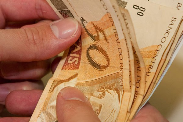 TRISTE NOVIDADE: Governo reduz estimativa e salário mínimo deve ficar em R$ 965 em 2018