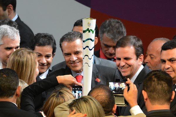 Durante o lançamento da Tocha Olímpica, o ministro Henrique Alves e o governador Eduardo Paes posaram para os fotógrafos.