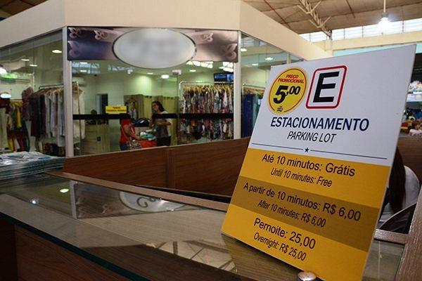 Como forma de reaquecer o fluxo, há shoppings com preços promocionais no estacionamento: Custo é motivo de reclamações.