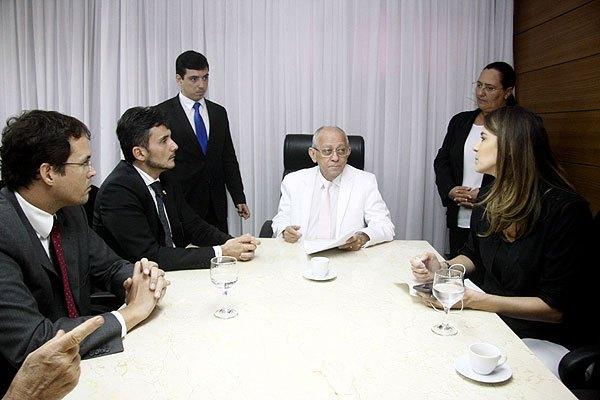 Presidente da CMN, Franklin Capistrano, e vereadora Júlia Arruda receberam representantes do MP.