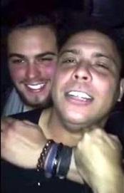 Ronaldo 'Fenômeno' ganha beijos e mordidas na orelha de amigo; vídeo causa repercussão na net