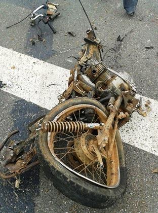 A motocicleta ficou totalmente destruída.