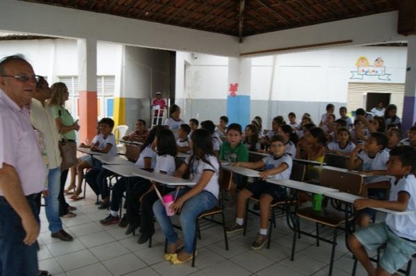 Prefeitura de Currais Novos entrega 200 novas carteiras às escolas municipais