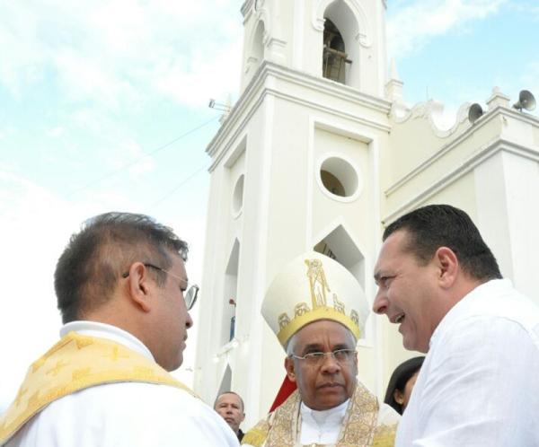 Em Currais Novos, Ezequiel acompanha procissão de encerramento da Festa de Sant'Ana