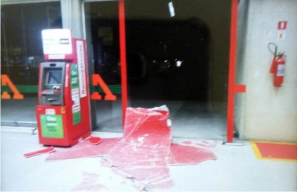 Criminosos tentam arrombar caixa eletrônico e incendeiam veículo em Natal