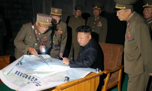 Kim Jong-un avalia plano de lançamento de foguetes apresentados pelas Forças Armadas – KNS / AFP
